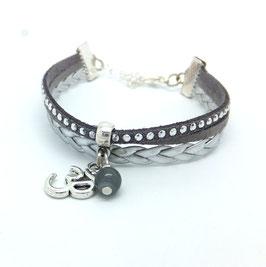 Bracelet manchette Om dans les tons de gris et argentés...