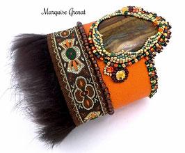 Bracelet manchette brodé ethnique en cuir et oeil de tigre, orange, marron vert et or