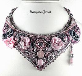 Collier plastron brodé rose et gris en argent soie cristal, haute couture