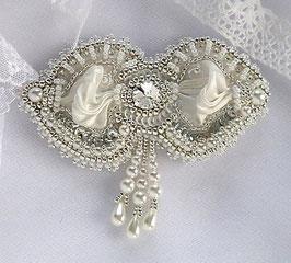Broche brodée blanche argent ou attache traîne mariage