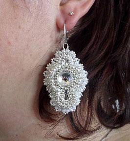 Boucles d'oreilles brodées, dormeuses, argent et cristal Swarovski blanc nacré