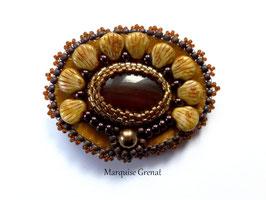 Broche en agate marron brodée sur cuir ocre jaune