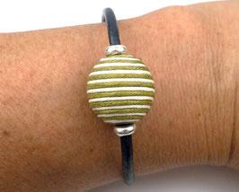 Bracelet en cuir bleu nuit et en argent, grosse perle verte et écrue, moderne