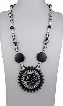 Collier créateur ethnique tribal cabochon motif totem brodé noir et blanc, pierres de gemme, argent, ivoire végétale