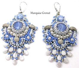 Boucles d'oreilles dormeuses brodées en argent et agate bleu clair