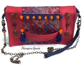 Pochette bohème à rabat décoré rouge framboise et bleue
