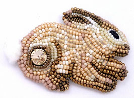 Broche brodée lapin beige et blanc