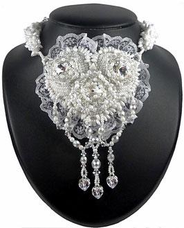 Collier brodé blanc, mariage, mariée, coeurs, argent, cristal, verre, dentelle, baroque romantique