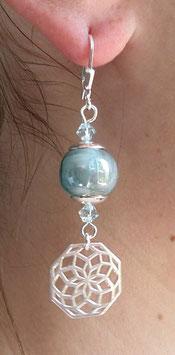 Boucles d'oreilles dormeuses en argent céramique bleu gris irisé et cristal, rosaces en pendants, boho chic