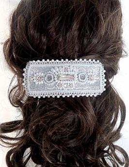 Barrette brodée blanche argentée pour mariage style néo baroque