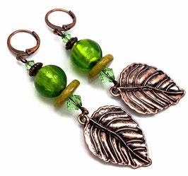 Boucles d'oreilles dormeuses boho poétiques vert péridot cuivre  feuilles pendantes