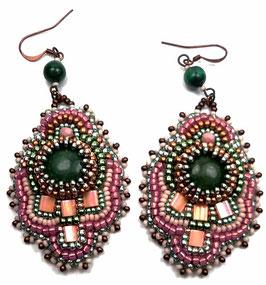 Boucles d'oreilles brodées vertes, rose, cuivres, pierres de gemme, verre, cuir, laiton, ethniques chics