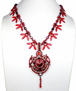 Collier pendentif brodé rouge argenté, cristal et verre, baroque