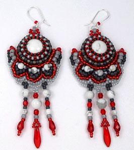 Boucles d'oreilles brodées blanches rouges grises et noires, argent, pierre de gemme, verre, cristal ethniques chics
