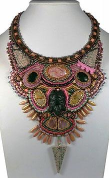 """Collier plaston brodé, pierres de gemme, camaïeu de roses et de verts, ethnique chic """"Pachacamac"""""""