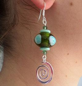 Boucles d'oreilles turquoises et vertes en argent verre et céramique, spirales en pendants, boho chic