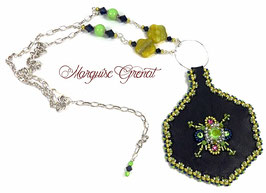 Collier pendentif brodé en argent cuir, cristal et verre bleu marine jaune citron vert anis fuchsia