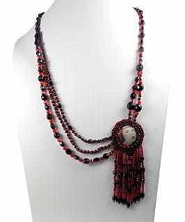 Collier créateur rétro cabochon d'art brodé frangé rouge noir