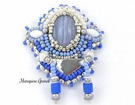 Broche originale brodée en agate bleue enrubannée et argent