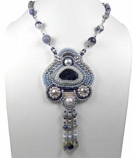 Collier pendentif brodé bleu argenté, sodalite, pierre de gemme, verre, argent, hippie chic