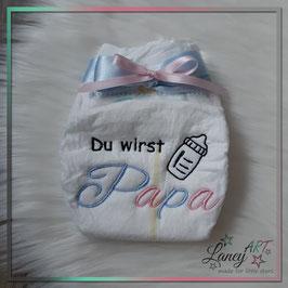 """Bestickte Windel - """"Papa & Babyflasche"""" (Wunschfarbe)"""