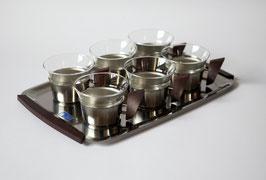 Teegläser auf Tablett mit Teakholz-Griffen