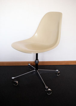 Eames Fiberglas Office Chair