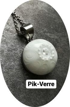 Collier avec perle blanche et transparente avec une incrustation de zircone