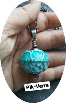Collier avec perle vert d'eau à pétales et arabesques