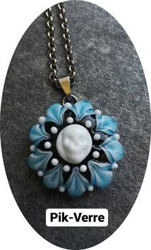 Collier pendentif mandala bleu avec petit crâne