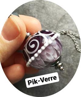 Collier avec perle violette à pétales et arabesques