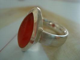 Kräftig orangeroter Karneol-Fingerring