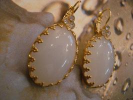 Weiß Opak - romantische Cabochon-Ohrringe im Vintage-Stil