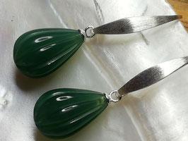 Rillenfrüchtchen - Achat graviert in herrlichem Grün mit Silberbogen