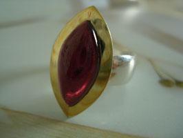 Leuchtendroter Granat mit Gold in Navette-Form