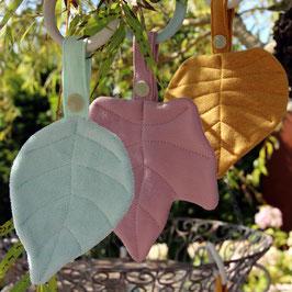 Blätter als Kinderspielzeug oder Greifring