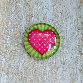 Herz pink auf grünem Hintergrund