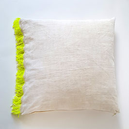 COUSSIN 70 X 70 CM drap ancien, franges jaune fluo / CUSHION 70 x 70 cm vintage sheet, fluo yellow fringe