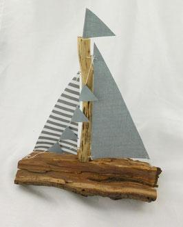 Handgefertigtes Segelboot aus Spaltholz