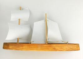 Handgefertigtes Segelboot aus Holz