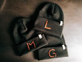 Mütze (schwarz) für Kinder, personalisierbar Lederbuchstabe