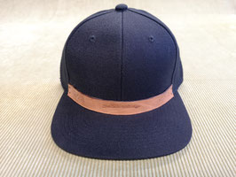 Snapback Cap (schwarz) Unisex, punziertes Leder-Patch