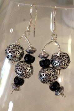Boucles d'oreilles métal et noires asymétriques