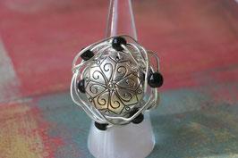 Bague à lentille de métal et perles noires