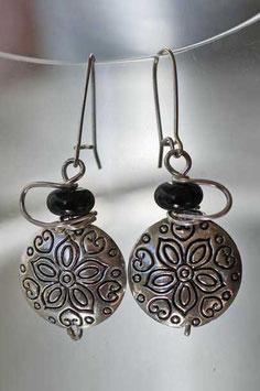 Boucles d'oreilles en métal gravé et pierre noire