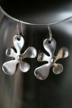 Boucles d'oreilles fleur métal satiné