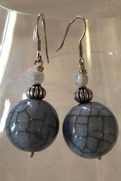 Boucles d'oreilles boule céramique craquelée grise