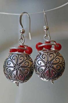 Boucles d'oreilles en métal gravé et perles rouges