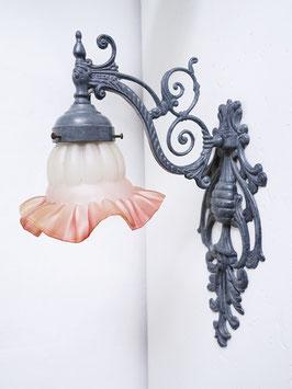 Jugendstil Wandlampe Messing mit grauer Patina & Glasschirm