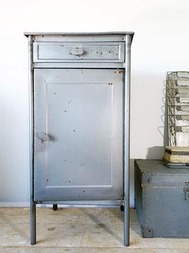 Vintage Metall Werkstatt Schrank Lazarett Nachttisch Industriedesign